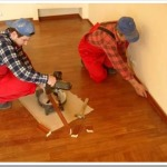 Как установить плинтуса на полу.