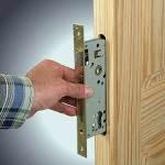 Как установить врезной замок в деревянную дверь