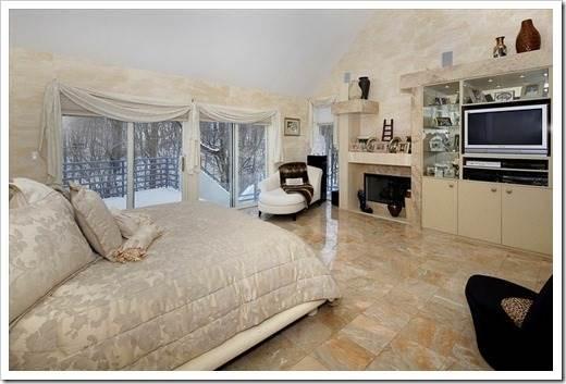 Мраморный пол в интерьере городской квартиры