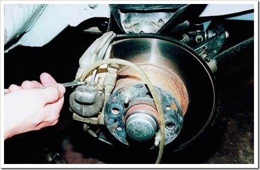 Можно ли прокачать тормозную систему без помощника?