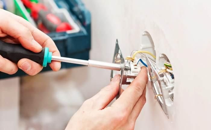 Преимущества вызова электрика из компании
