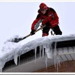 Каким образом осуществляется очистка крыши от выпавших осадков зимой?