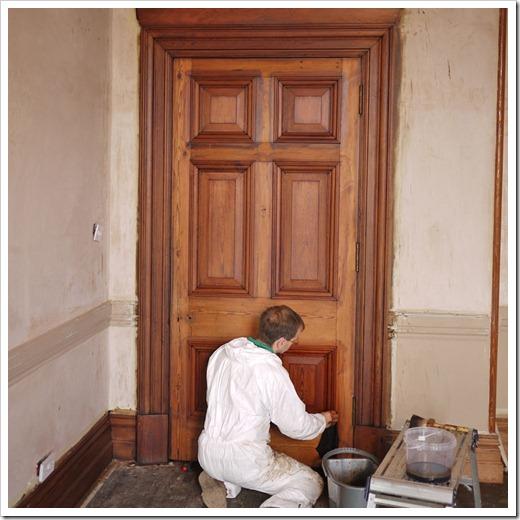 Сколько слоёв лака укладывать на дверь?