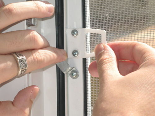 Как снять москитную сетку с пластикового окна